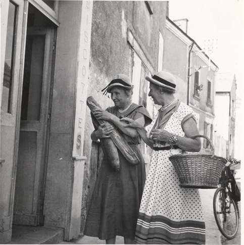 Helen Keller and Polly Thomson in Paris, 1952. Keller is holding baguettes.